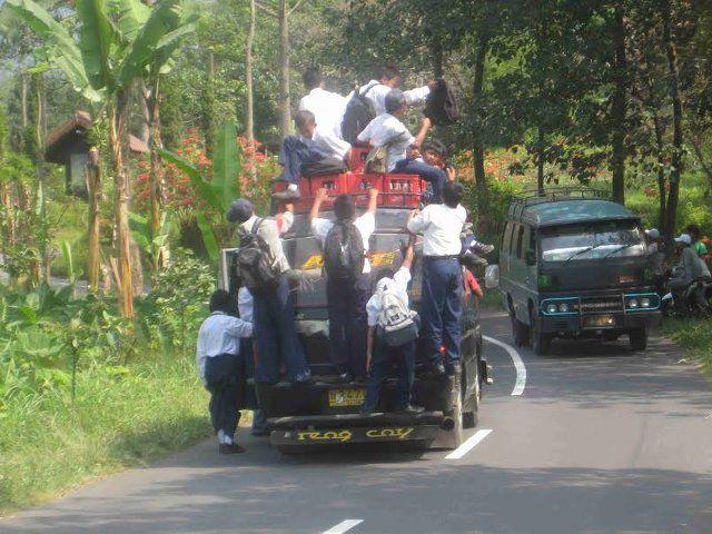 #21 Mereka rela berdesakan untuk menuju ke sekolah.