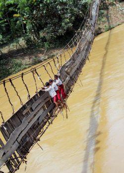 [22 FOTO] POTRET Perjuangan Berat ANAK INDONESIA untuk ke Sekolah.