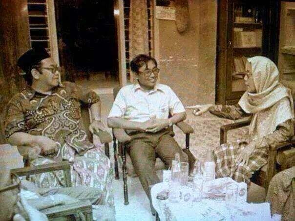 Gus Dur (kiri) lagi kumpul bareng Cak Nur (tengah) yang juga seorang tokoh bangsa