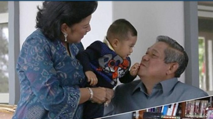 Pak SBY bareng Bu Ani dan cucunya