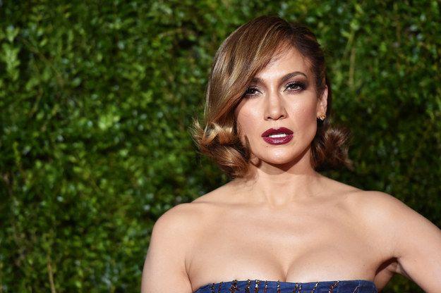 #4 Jennifer Lopez Bibir yang sedikit terbuka ini mirip dengan bibir ikan yang selalu terbuka kecil ketika mengambil oksigen di air