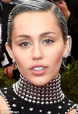 #6 Miley Cyrus Sedikit menunjukkan gigi supaya lebih menarik