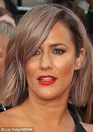 #10 Caroline Flack Lipstik warna merah akan lebih menantang