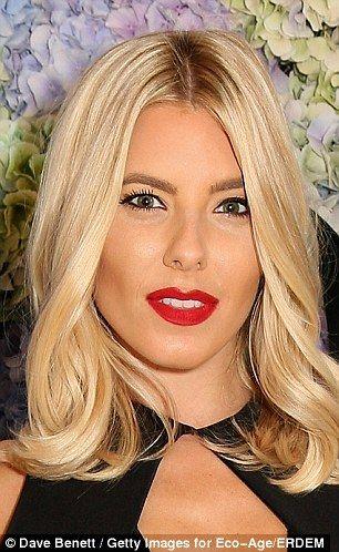 #11 Mollie King Lipstik merah dan mata sendu yang tajam jadi bikin meleleh kan!