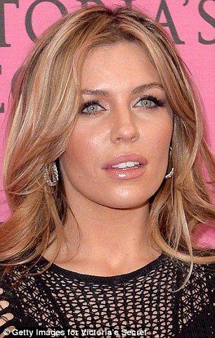 #13 Abbie Clancy - Model Victoria Secret Sorot mata sedikit sendu dan lipsgloss akan menambah keseksian bibir