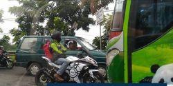 Aksi Pemotor Berani Hadang Bus yang serobot jalur ini jadi viral!