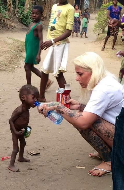 wanita ini memberi minuman pada balita kurus yang rencananya hendak dijadikan tumbal