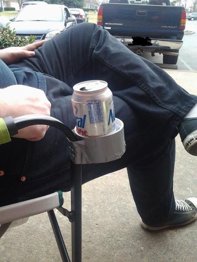 Pengen santai sambil minum soda tapi males megangin kalengnya? Kamu cukup ambil selotip dan rekatkan pada kursimu, jadi deh!