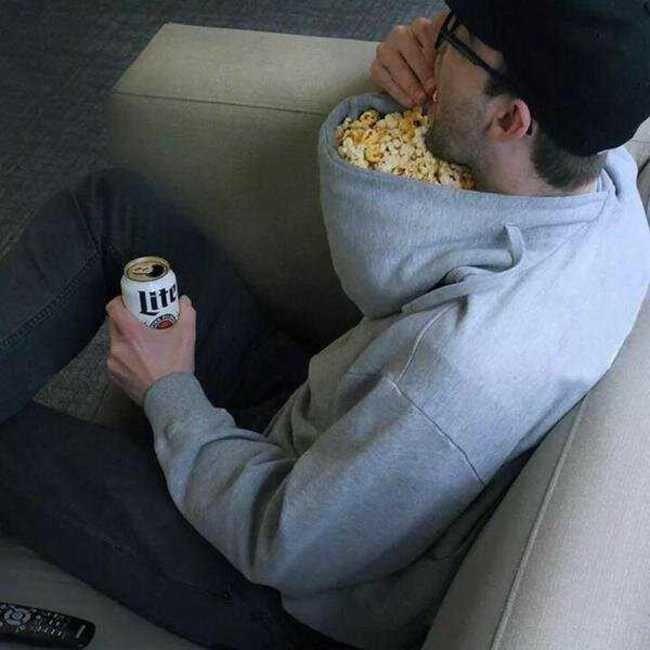 Pengen nonton sambil makan popcorn? kamu cukup memakai hoodie terbalik dan manfaatkan topinya jadi tempat popcorn!