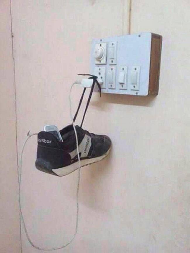 Ngecharge HP tapi kabelnya pendek? Kamu punya sepatu yang bisa digantung jadi tempat HP.