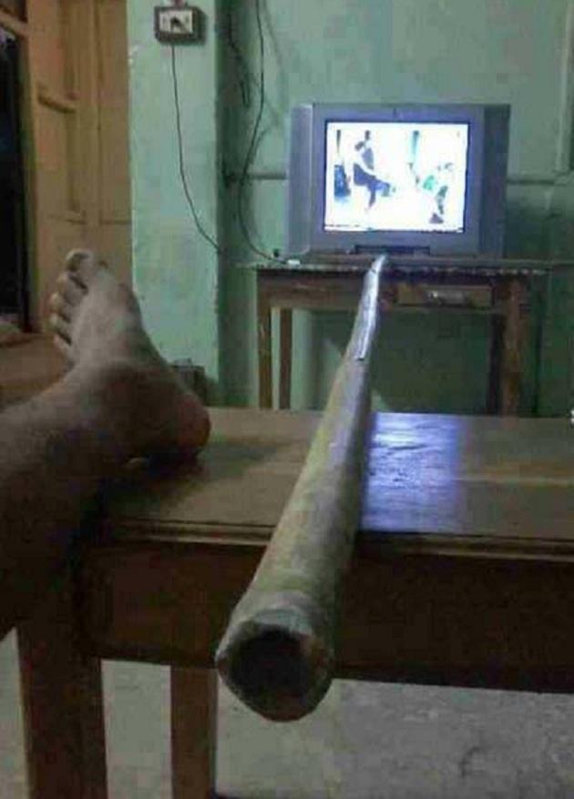 Waktu masih belum ada remote TV, galah pun jadi dipake untuk pindah channel -.-
