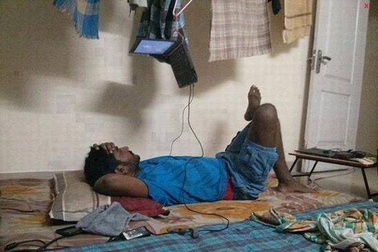 Ini yang mau nonton tv di laptop sambil tiduran di kasur, anak kosan india yang genius !