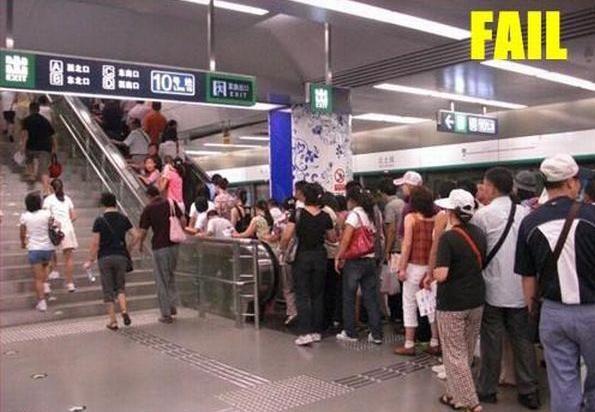 Tuh Anak Tangga Bukannya KOSONG, malah antri naik eskalator hadeh
