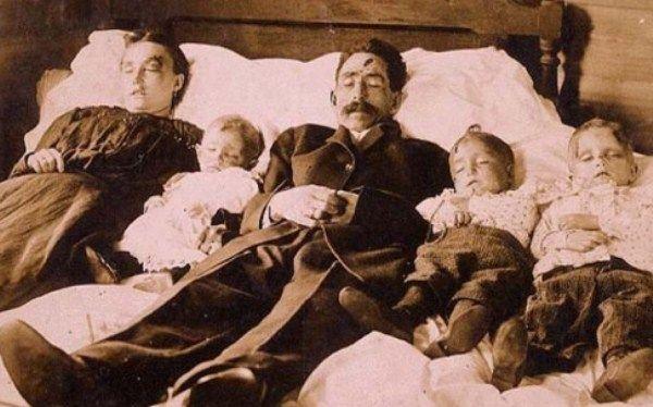 ini adalah satu keluarga yang teas karena penyakit pes lalu diambil foto keluarga yang tidak sempat diambil pas mereka hidup
