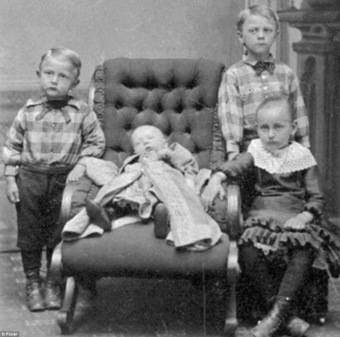 apanya yang serem? anak yang di sofa ternyata udah mati..