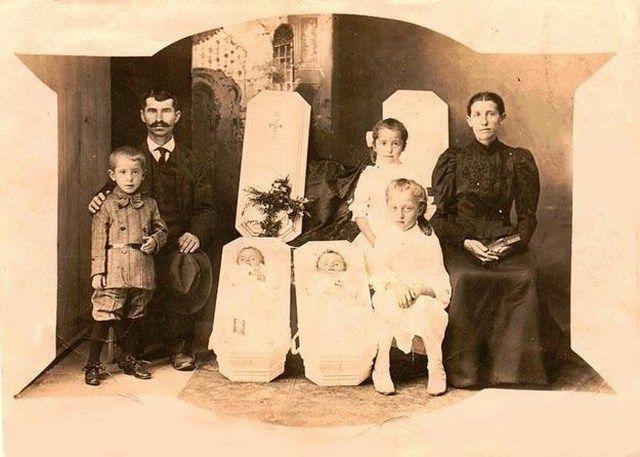 yak, itu adalah 2 anak kembar mereka yang meninggal di peti mati putih..