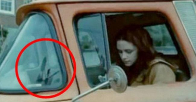 Twilight Terlihat kamera pada kaca mobil Bella.