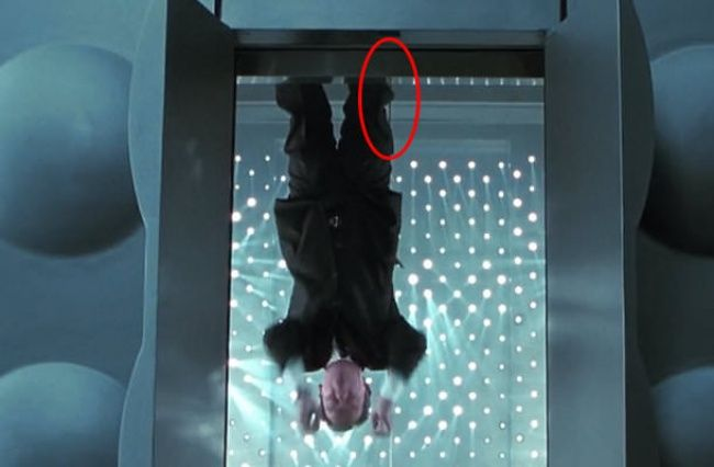 Men in Black II Harness keselamatan agen K dapat dilihat dengan jelas di sini.