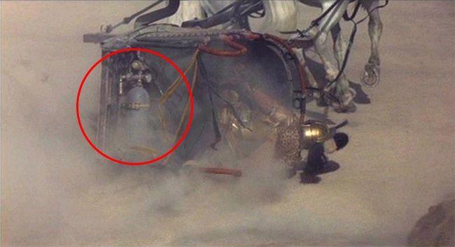 Gladiator Dalam adegan pertempuran, salah satu kereta akan diserahkan, dan disana kamu dapat melihat tabung gas yang diikat di belakang. Kalau masih nggak percaya, coba kamu tonton lagi deh filmnya kliklinker, yuk sebarkan artikel ini ke media sosialmu!