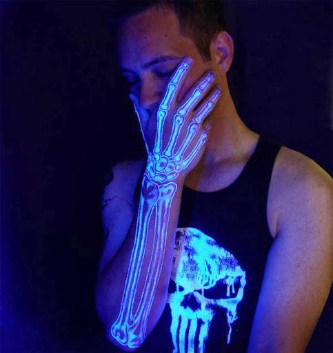 Tatto yang memperlihatkan tulang tangan ini seperti nyata.