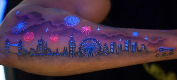 Duh, tatto yang memperlihtkan keindahan kota besar pada malam hari ini keren banget!