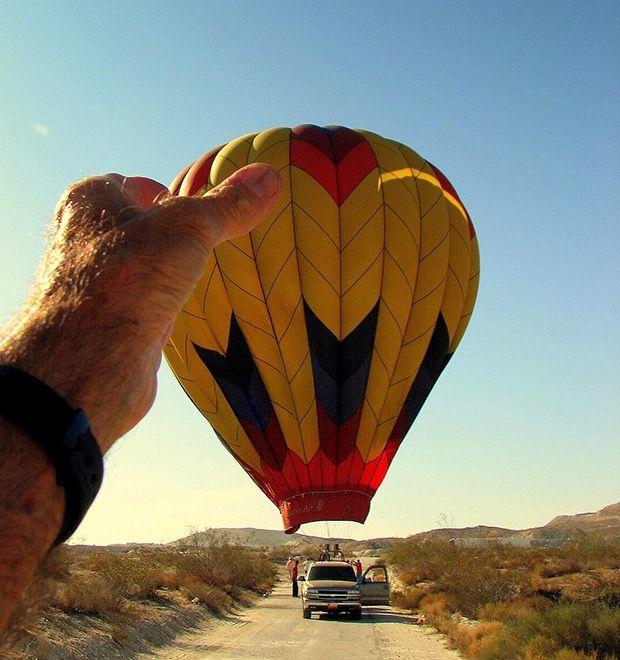 Menggenggam balon udara.