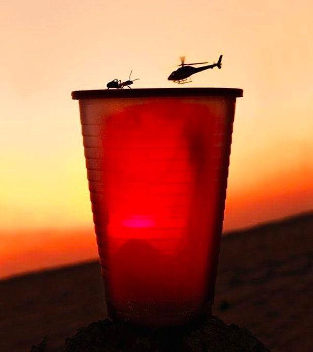 Helikopter yang terlihat sekecil semut.