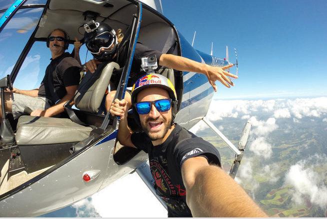 Jokke Sommer mengambil selfie dari atas helikopter :o