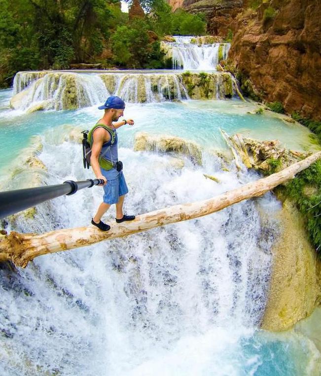 Melintasi air terjun Beaver di Arizona dengan sebatang kayu sambil selfie? Tentu saja cuma orang berani dan mampu menjaga keseimbangan yang bisa melakukannya.