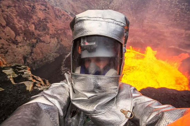 George Kourounis menantang adrenalinnya dengan selfie di depan kawah Marum, danau lava aktif, meski dengan baju pengaman yang melindungi, Api larva bisa membakar seluruh tubuh, Serem!