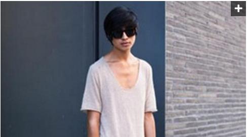 Pake Kaos juga jangan yang kebesaran gini, kamu akan terlihat sangat kurus karena banyak ruang kosong di kaos, jadi terlihat lebih kurus lagi kamu
