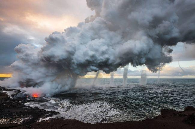 Lava dari gunung berapi Kilauea yang tumpah ke laut ke laut menciptakan uap besar, Hawai.