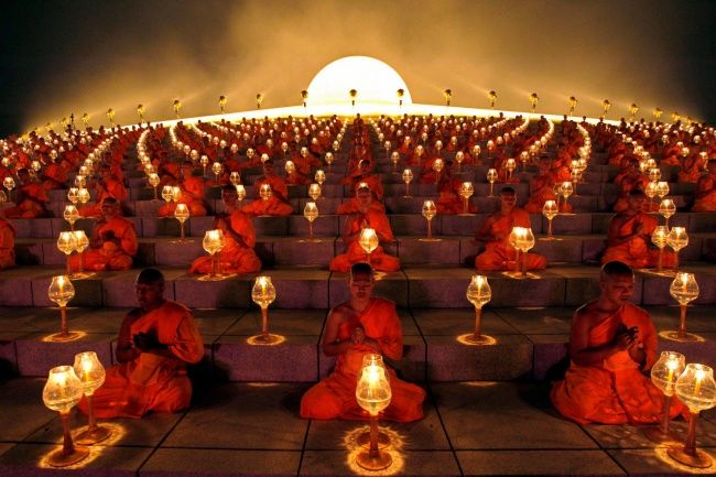 ritual biksu Buddha sebelum memulai lentera kertas. Provinsi Suphanburi, Thailand.
