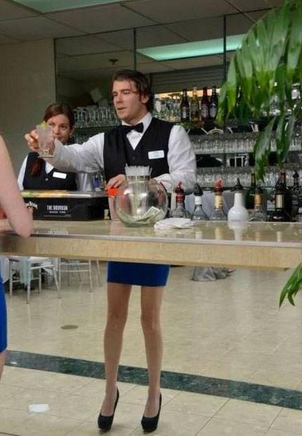 Seorang waiter pria ini tampak memiliki kaki yang jenjang ya :D eh bukannya itu foto pantulan dari customer cewek didepan ?