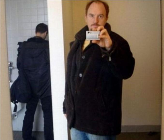 Nah gini jadinya kalo selfie di dalam Toilet, jadi kefoto tuh orang yang lagi buang air.