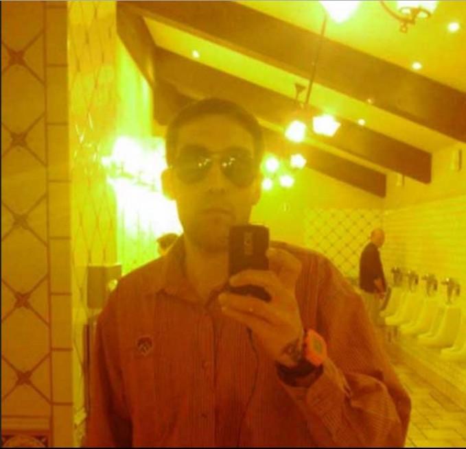 ini juga ada orang selfie di cermin toilet, kakek2 yang dibelakang lagi buang air jadi ikutan kefoto :))