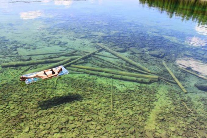 Danau Transparan Flathead Lake di Montana, Amerika Serikat ini terkenal dengan permukaannya yang luas dan juga airnya yang sangat jernih.