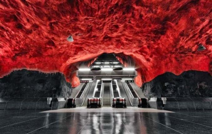 Stasiun Bawah Tanah Mencekam Stasiun bawah tanah ini ternyata bukan hanya lukisan atau rekayasa belaka. Stasiun ini benar-benar nyata dan berada di Stockholm, Swedia.