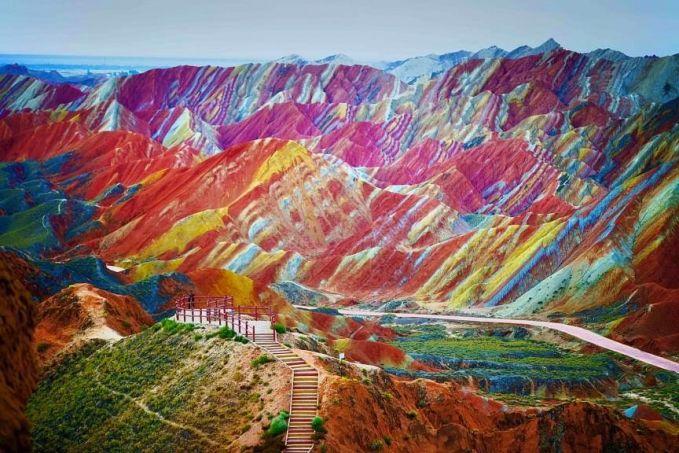 Bukit Pelangi Tempat tersebut benar-benar ada di dunia nyata, Lokasinya adalah Taman Zhangye Danxia National Geographic di China. Bukit tersebut bisa berwarna berkat kumpulan sandstone yang telah terbentuk sejak 24 juta tahun yang lalu