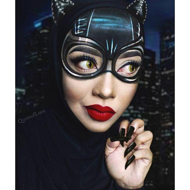 #5 Cat Woman Cat woman adalah salah satu penghuni Kota Gotham. Ia memiliki kekuatan melenturkan tubuhnya seperti kucing dan keahlian mencuri. Dengan riasannya, Saraswati juga dapat tampil seperti Cat Woman