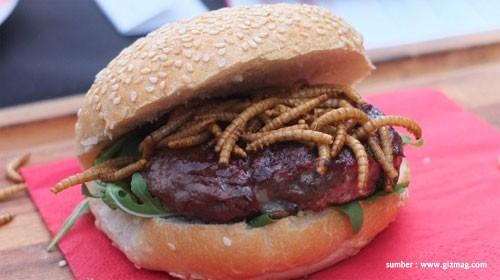 "Pigeon and Worm Burger burger ekstrem dari London, yaitu burger berisi daging merpati pedas dan cacing.Jangan muntah dulu waktu denger kata ""cacing"" ya. Makanan ini malah mengandung sumber kalsium dan protein lho."