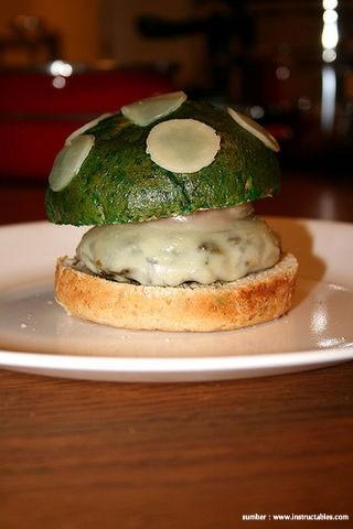 1UP Mushroom Bentuk burger yang satu ini sama kayak jamur dalam game Mario Bros. Dengan warna hijau pada roti yang dibuat dari pewarna makanan, serta totol-totol pada roti yang dibuat dari keju mozzarella, diharapkan hidup kamu bertambah semangat habis makan burger ini.