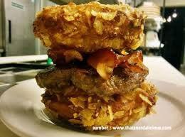 Deep Fried Peanut Butter and Jelly Burger Masih dari resto PYT di Philadelphia, Loopers, roti burger ini dilapisi dengan selai kacang dan jelly, lalu digoreng. Burger ini memiliki campuran rasa manis dan gurih dengan isi pisang dan daging sapi yang diasinkan.