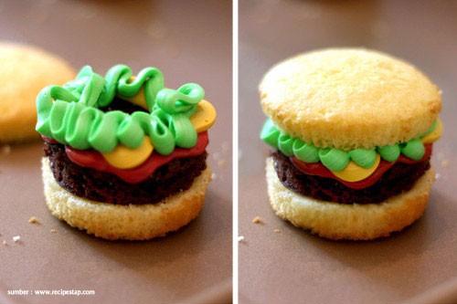 Burger Cupcakes Burger ini 100% dibuat dari adonan cupcake. Jadi nggak ada daging dan sayurnya sama sekali.Terasa manis layaknya cupcakes Pulsker...