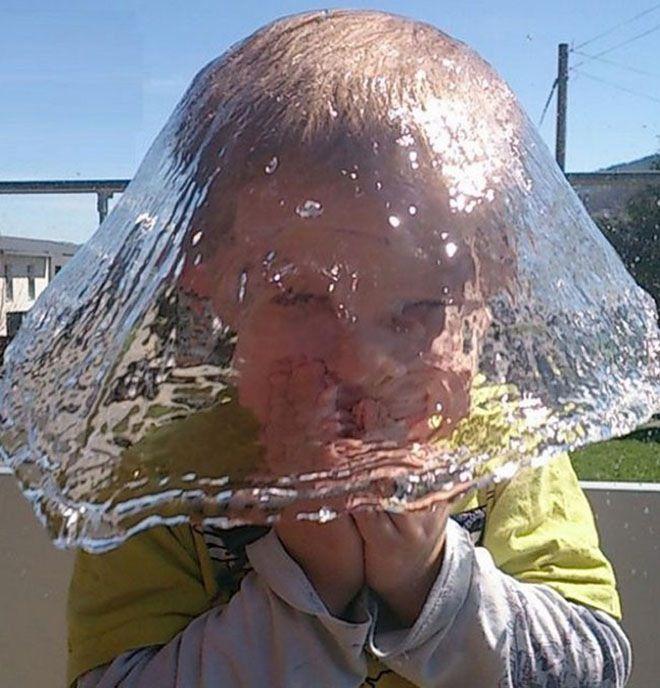 Foto ini sangat tepat sekali timingnya, seperti anak yang memakai topi padahal anak ini sedang diguyur air.