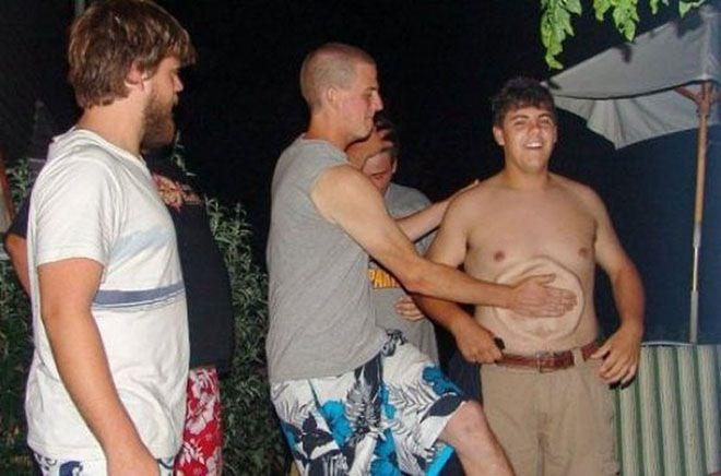 Saat perut pria gendut itu ditepuk, seperti ada piring didalam perutnya.