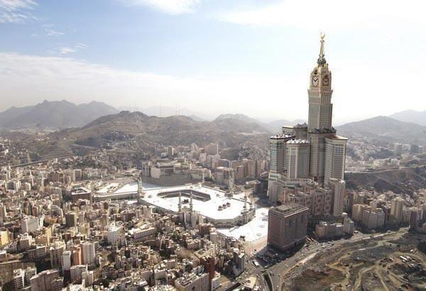 2. Abraj Al-Bait Tinggi : 601 m Lokasi : Mekah,Saudi Arabia Jumlah lantai : 120 lantai Tahun pembuatan : 2004-2012 Dibuka tahun : 2012 Abraj Al-Bait Tower atau dikenal juga dengan nama Mecca Royal Hotel Clock Tower. Hal menarik dari menara ini adalah letaknya yang berada dekat di selatan pintu masuk Masjidil Haram.