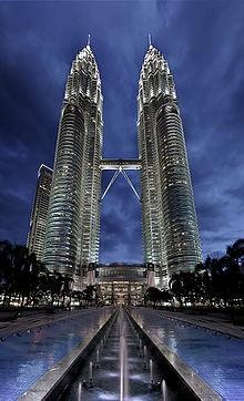 6. Menara Kembar Petronas Tinggi : 451,9 m Lokasi : Kuala Lumpur, Malaysia Dibangun tahun : 1992-1998 Dibuka tahun :1988 Jumlah lantai : 88 lantai Menara Petronas adalah dua buah pencakar langit kembar di Kuala Lumpur, Malaysia yang sempat menjadi gedung tertinggi di dunia dilihat dari tinggi pintu masuk utama ke bagian struktur paling tinggi.