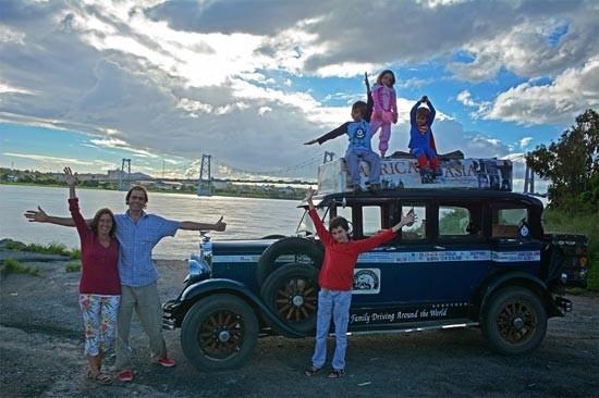Keluarga Touring Pasangan Herman dan Candeleria Zapp telah melakukan perjalanan selama 11 tahun. Mereka telah menjelajahi 4 benua dengan mobil tuanya.