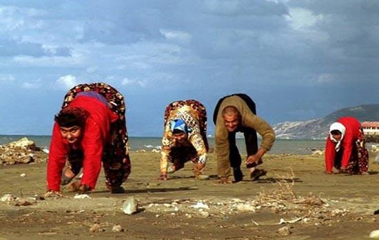 Keluarga Merangkak Di Turki terdapat sebuah keluarga yang berjalan merangkak semua. Hal ini tidak disebabkan karena kutukan melainkan lebih kepada genetik.